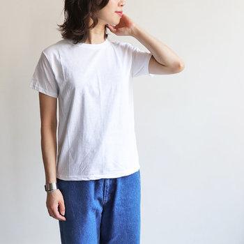 夏の定番・白Tシャツ。涼しくなるにつれて活躍の場面が少なくなってきたという人も多いはず。 来年の夏までクローゼットで眠らせておこうと思っている人もいるかもしれませんが、実は秋だって白Tシャツは大活躍できるんです。  初秋に白Tシャツを着こなすコツやポイントについてご紹介します。