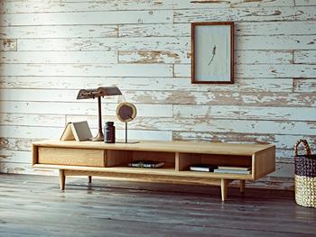薄い色味の木製テレビボードは、ナチュラルなインテリアによく合います。余白のある雑貨の置き方で、スッキリ感を統一すると素敵です。