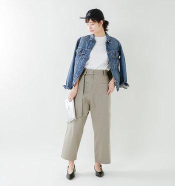白Tシャツを秋まで着回すなら、ライトアウターをさっと羽織るのもおすすめです。デニムGジャンをベージュのパンツに合わせた着こなしなら、大人カジュアルな雰囲気が簡単に作れます。