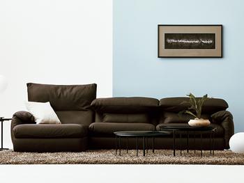 暗めの色の大きなソファもロータイプのものを選べば、重くなりすぎずにスッキリなじみます◎。