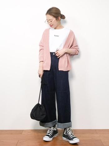 ロゴ白Tシャツ×デニムパンツに、ピンク色のカーディガンを合わせたスタイリング。Tシャツ×デニムだとメンズライクな印象の着こなしですが、ピンク色をメインに据えるだけで、女性らしいフェミニンな雰囲気が作れます。