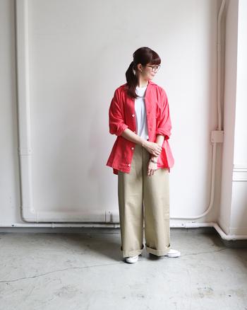 白T×ベージュのワイドパンツに、赤色のシャツを合わせたカジュアルなコーディネートです。メンズライクな印象を与える着こなしですが、真っ赤なシャツにはほんのり女性らしいニュアンスも。メガネやバングルなどの、おしゃれ小物で味付けするのがおすすめです。