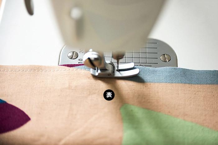 外表(2枚を重ねた外側が布の表)になるように合わせて、0.5cmの縫い代をとって縫います。