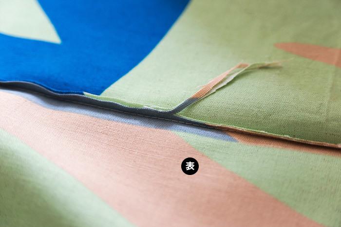 折ったところを開き、縫い代を約半分に細く切ります。ここで縫い代を細く切っておいたほうが、仕上がりがきれいです。