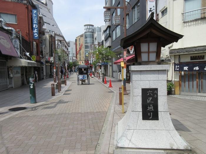 浅草寺からほど近い伝法院通りからつくばエキスプレスの浅草駅方面に続くエリアは、「六区通り」と呼ばれています。名前の由来は、明治時代に浅草寺周辺を整備した際にこのあたりを区画番号の六区としていたから。石畳の歩道は広く整備されていて、通りのあちこちに残る老舗のお店とのコントラストが楽しめます。