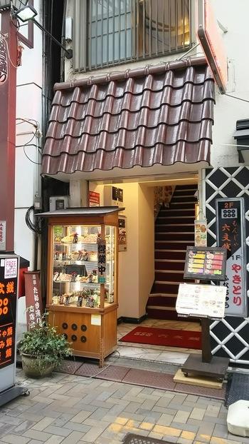 浅草のお好み焼き・もんじゃ焼き屋さんの名店「六文銭」。浅草エリアに2店舗ありますが、その本店がこちら。オレンジ通り沿いにあり、雷門からもすぐなので観光プランに追加してみませんか?