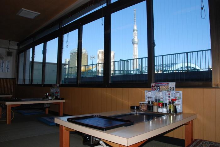 窓の外には隅田川とスカイツリーが見えます。日中の青空とのコントラストはもちらおん、夜景もロマンチック。