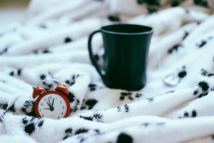 睡眠時間自体が著しく短いと、いくら質の良い眠りについても朝、すっきりするのは難しくなります。理想の睡眠時間は、年代や個人差も大きいものですが、おおむね6時間から8時間ほど眠るのが一般的とされています。
