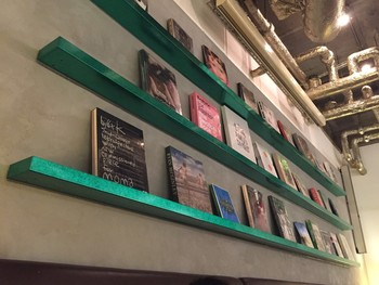 JR大阪駅より徒歩5分、イーマの地下1Fにあるカフェ。コンクリート打ちっぱなしの店内には本がずらりと並び、おしゃれな雰囲気です。