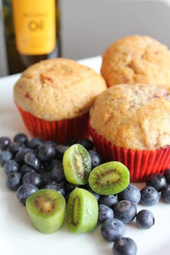バナナとベリーのコンビは、焼き菓子にもぴったり。こちらはマフィンのレシピです。苺やブルーベリーなど、いろんなベリーとアレンジしやすいので、手に入ったベリーで作ってみましょう。朝ごはんにも良いですね♪