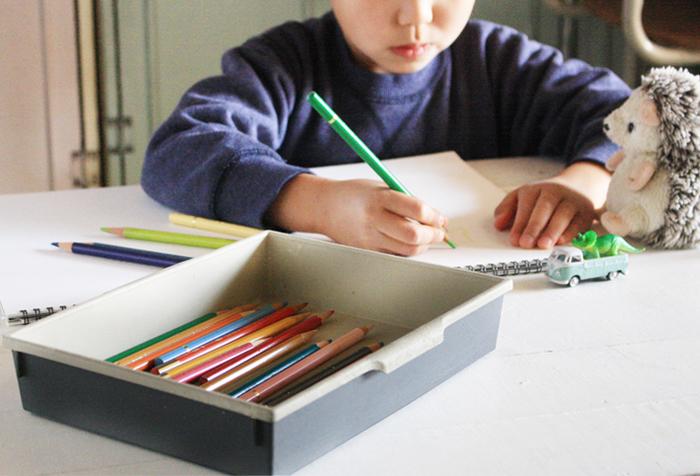 子供が描いた絵やちいさな落書きは、いつまでも大切にとっておきたいもの。 そんな宝物を子供の成長と合わせてお部屋にディスプレイしてみませんか?絵にぴったりのフレームを選んでディスプレイされた子供の絵は、きっとお部屋の中の素敵なポイントとなってくれるはずです。 その他にも作品に残したり、大切にファイリングしたり…。明日からでもすぐにマネできるヒントをお教えします。
