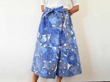 スカートに見えるキュロットは、動きやすくて女性らしさもあるおすすめの形。ラップデザインで前側に1枚の布をめいっぱい使っているから、テキスタイル自体の素敵なデザインも楽しめますね。