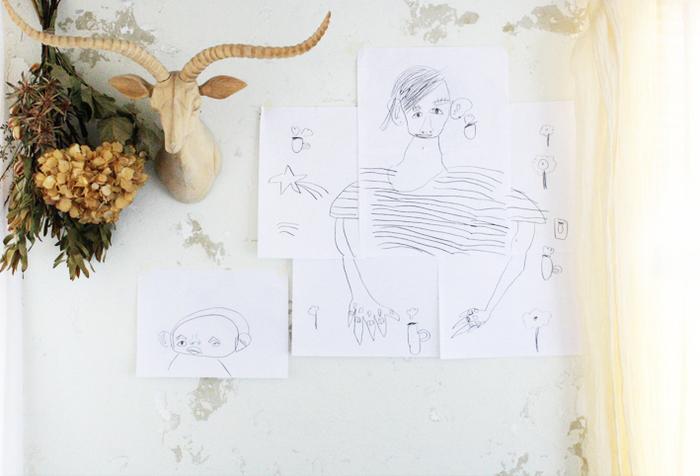 落書きのような子どもの絵も、可愛らしくて残しておきたくなりますね。 マスキングテープでお手軽に壁に貼るのも素敵です。