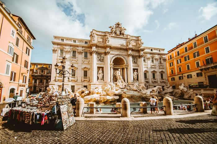バカンスで人のいなくなった静かなローマで、将来への期待と不安を抱きながら過ごす女性ニーナのひと夏の不思議な物語。