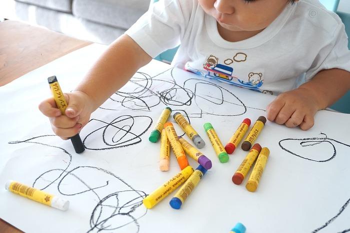 子供が描いた絵や小さな落書きは、いつまでも大事に残しておきたい大切な宝物。 壁に飾ったり、大切にファイリングしたり、作品にしたりと、素敵なアイディアで残してあげてくださいね。