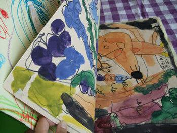 子どもの絵を絵本のようにして残すのも素敵なアイディア。ぱらぱらとめくりながら、子供と一緒にその絵にあった物語を考えてみませんか?