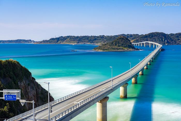 2000年に開通した「角島大橋」は、海士ヶ瀬戸に架かる本州と角島を繋ぐ全長1780mの橋。無料の一般道路としては日本屈指の長さを誇ります。橋脚の高さを出来るだけ低めにし、周囲の景観を崩さないようにしたデザインが評価され、「土木学会デザイン賞2003」の優秀賞を受賞しました。
