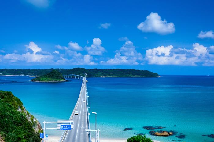 角島のシンボルといえば「角島大橋」。数多くのCMに登場したことで一躍注目が集まり、最近ではフォトジェニックなスポットとして全国各地から観光客が訪れるほどの大人気!まるで南国を訪れたかのような絶景に出会えます。