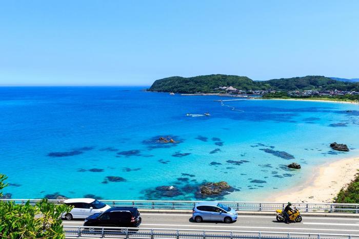海の色が美しく見えるのは、海水の透明度が高く、貝殻の残骸が蓄積した白い砂だからなんだそう。太陽の光によって青の濃淡が変化し、美しいグラデーションが楽しめます。澄みきったコバルトブルーの海に心も洗われますね!
