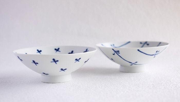 白山陶器の人気商品・平茶碗。こちらも夫婦茶碗として使うことができます。 平たく大きな形が特徴で、持ちやすい・収納しやすい・洗いやすいと三拍子揃った優れた使い心地です。