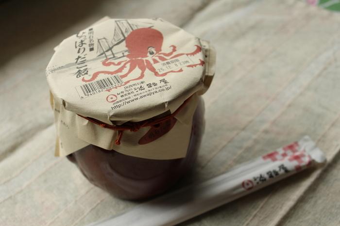 1998年、明石海峡大橋の完成と同時に発売されたロングセラー商品。タコにちなんだ蛸壺風の容器に入っていて、食べた後も記憶に残るお弁当です。