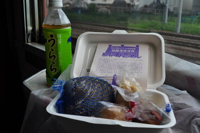 地元の特産であるホッキ貝をメインに使った母恋めし。室蘭市にある無人駅「母恋(ぼこい)駅」で販売されており、1日数十食限定、幻の駅弁とも呼ばれています。