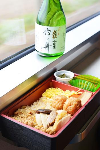 秋田県産比内地鶏を贅沢に使用したお弁当です。プロデュースしているのは、秋田駅の開通と同時に開業したという100年以上の歴史を持つ仕出し屋さん。地元ならではのおいしさを100%満喫できると好評です。
