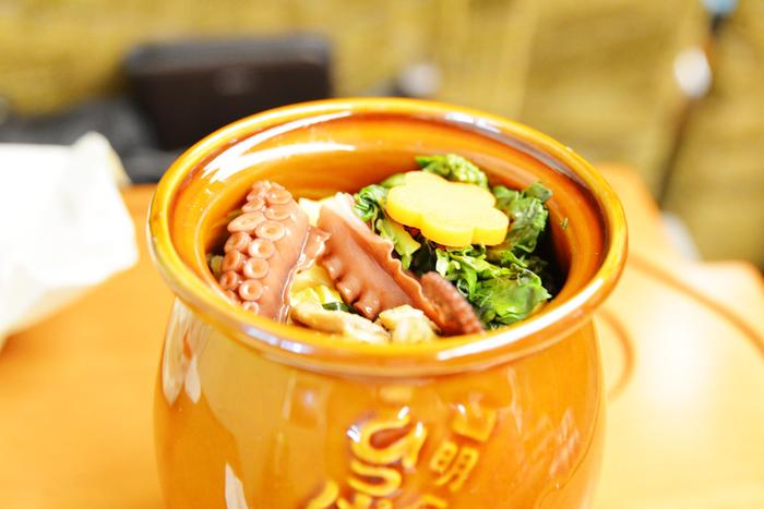 名物の真だこをはじめ、穴子や季節の野菜などが入った、とっても具沢山なたこ飯です。食べながら、次は何が出てくるのか、ワクワク気分が高まります。