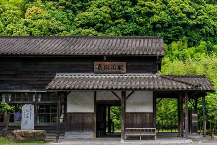 嘉例川駅は明治36(1903)年の開業当初から変わらない、築100年以上の「木造駅舎」。国の登録有形文化財にも指定されており、この駅舎見たさとお弁当の人気で、週末は大勢の人で賑わいます。