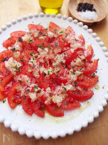 切って並べるだけでこんなおしゃれなカルパッチョ風のトマトサラダが完成します。大きめのお皿でドーンと出したいレシピです。
