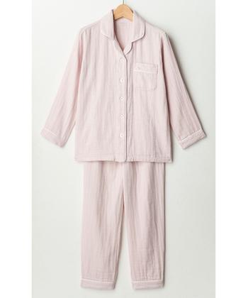 部屋着とは別にパジャマを用意するのも、深く眠るために大切なことのひとつです。一日の三分の一ほどの時間を着て過ごすパジャマですから、ぜひ上質なものをチョイスしてみましょう。