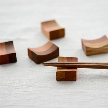 お箸は基本的に箸置きに置くようにします。箸置きがないときは、箸袋か懐紙を折って簡易箸置きをつくりましょう。箸先で箸置きを汚さないよう、汚れた部分をはずして置くようにすると心配りできていると感じさせることができるでしょう。