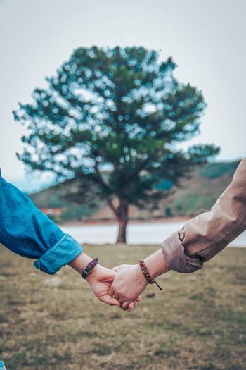 日々の何気ない幸せを探し合うには、夫婦2人で歩み寄ったり、想いあったりしないとできません。毎日がパーティーのような弾けるような楽しさというのは難しくても、夜ベットに入る時にホッとできるような、そんな何気ないちょっぴり幸せを見つけてみてくださいね。