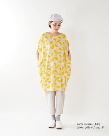 爽やかなレモンイエローが目を引くワンピースは、ワンピースの地の色の小物で揃えて、統一感を大切に。ワンピースがレモンジャムだとしたら、その他はパンのようなイメージでアイテムの色味や形を合わせてみるのもナイス◎。