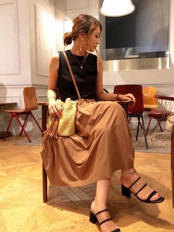 キャメル色のスカートは、秋本番まで使えるアイテム。夏の終わりはトップスを白ではなく黒にして、ダークなカラーでまとめましょう。