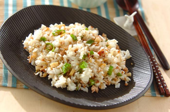 刻んだししとうと鶏ひき肉で作るヘルシーチャーハン。ピリッと効いた柚子胡椒が食欲をそそります。ししとうは油との相性も良くチャーハンなどに刻んで入れることで色合いも良くなるので夏のオススメレシピです。