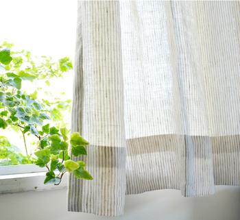 風が吹くとふわっと揺れるリネン素材のカーテンで窓辺を演出してみてはいかがでしょう。