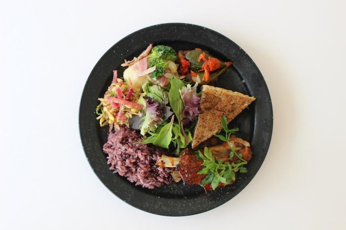 こちらは人気の「GLOUGLOU PLATE」。お魚もしくはお肉のメインに、旬野菜の5種デリ、16穀米のご飯がついた、ワンプレートで大満足のいくボリュームです。