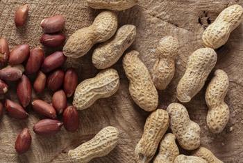 落花生の中にある実(ナッツ)と、ピーナッツは同じもの。一般的には、殻がついたままのものを「落花生」、実は「ピーナッツ」と呼ばれています。