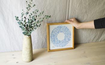 ポスターもブルーベースを飾れば、たちまち涼やかな印象に。飾るデザインや色でお部屋の雰囲気を手軽に変えることができるポスターやファブリックバネルは、季節ごとにいくつか用意しておくと重宝します。
