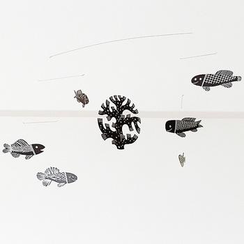 こちらは、サンゴのまわりをお魚がスイスイ泳ぐ涼しげなデザイン。風に吹かれるたびに動き回る魚たちに癒されますね。
