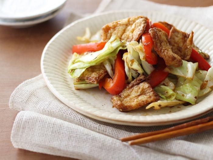 お肉の代わりに油揚げを使ったしっかり味のホイコーロー風のレシピです。油揚げのコクがあるので、食べ応えも満点。甘味噌味が食欲をそそります。