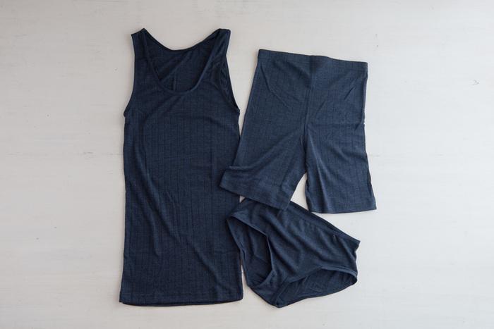 心地良いインナーを身につけるのも大切なポイント。こちらは、デンマークの老舗ブランド「joha(ヨハ)」のアンダーシャツ・ショーツ・ロングショーツ。シルク混紡のサラリとした肌ざわりが魅力です。  素材は最高級のメリノウール。季節と体温の状況に合わせて保温効果や吸水効果を発揮してくれるので、夏でも冬でも丁度良い体温を保つ事ができます。洗濯機で丸洗いできるのもうれしいポイント◎。