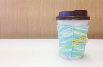 毎日カフェやコンビニでコーヒーを買う方なら、とっても便利なカップホルダー。一目で自分のとわかるから、ぜひお気に入りの布でつくりたいですね。コーヒー好きなお友達へのプレゼントにも◎