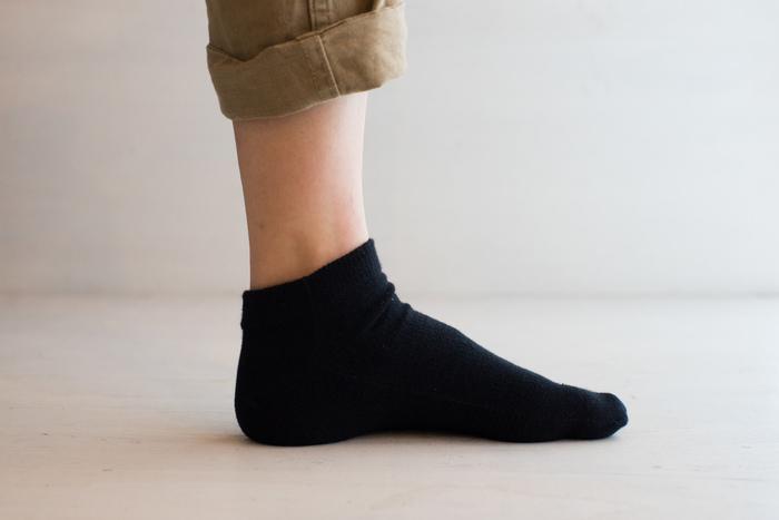 シルク&オーガニックコットンの冷えとりソックス。1枚目に履くソックスで、1枚で2枚の効用があります。程よいフィット感があり、丈夫◎。長く愛用できます!
