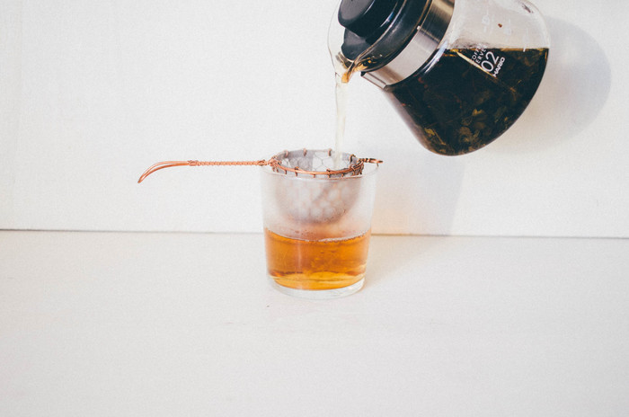 毎日飲みたくなる、奈良県「月ヶ瀬健康茶園」の有機ほうじ番茶。貯蔵庫で一定期間熟成させた番茶を出荷直前に、じっくりと時間をかけて焙煎した「ほうじ番茶」は渋味がなく、番茶特有のすっきりとした甘く芳ばしい香気が特徴です。カフェインレスなのでお休み前でも◎。赤ちゃんや子ども、妊婦・授乳中の方、お年寄りの方にもおすすめです。