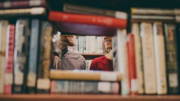 書店は一人で行く方がゆっくりできていいと思いがちですが、書店こそ2人で行くと新しい発見があり楽しいです。別々に行動していても、是非旦那さんが興味を示した本を手にとって見てください。雑誌や単行本など、お互いの今知りたい事を共有できますよ。逆に、おすすめの本をお互い探すなんていう新しい楽しみ方もできます◎