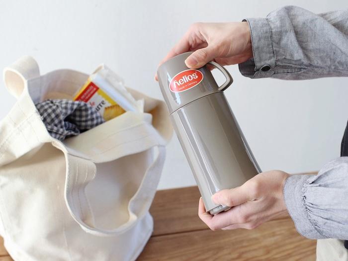 モダンなカラーリングとシルエットがかわいいウォーターボトル。ドイツの老舗魔法瓶メーカー「helios(ヘリオス)」のアイテムです。大人から子供まで幅広く使えるデザイン性の高さはさすが。  保温効力は約40℃以上なら丸1日、約60℃以上なら10時間キープ!二重構造ガラスの中瓶により高い保温性が生まれ、熱い飲み物も冷たい飲み物も、長時間、温度を持続することができます。サイズを0.25L、0.5L、0.75Lの3種類から選べるのもうれしいポイント◎。