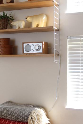 美しいデザインとシンプルな操作性が魅力のチボリオーディオ。コンパクトなサイズ感で、どんなインテリアにもすっとなじみます。木製のキャビネットで覆われたボディに、レトロな雰囲気のダイヤルがあたたかみを感じさせるデザイン。ラジオ機能に加え、Bluetoothでスマホとつないで音楽を楽しむことも可能です。