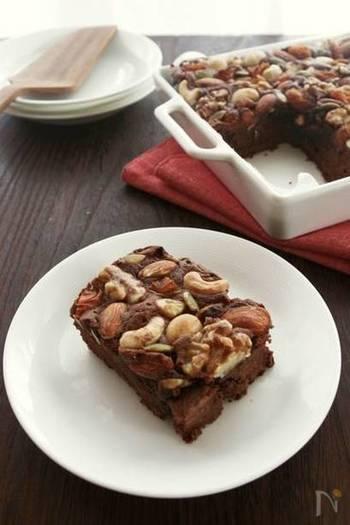 ナッツがゴロッとのったチョコレートケーキはいかが?カフェメニューでも目にするお洒落さがあって、「おっ!やるね」と驚かれるかも。
